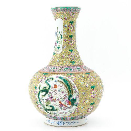 A famille rose vase Fond jaune décoré de fleurs et de dragons, marque Guangxu, h…