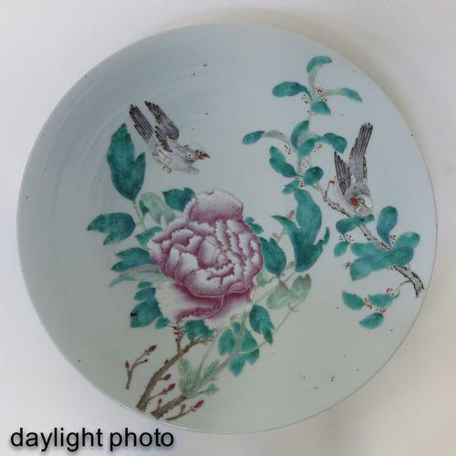 A Famille Rose Charger Représentant des fleurs et des oiseaux, 35 cm. De diamètr…