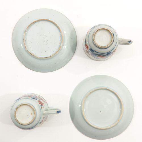 A Pair of Imari Cups and Saucers Décor floral en rouge fer, bleu et accents doré…