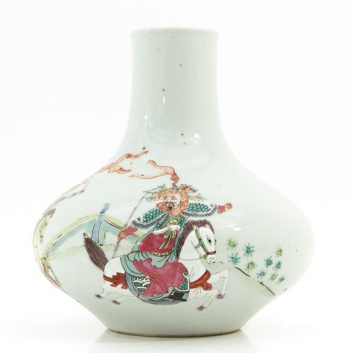 A famille rose vase Représentant des guerriers chinois, marque Yongzheng, 21 cm.…