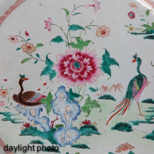 A Famille Rose Charger Représentant des paons avec un jardin avec des fleurs en …