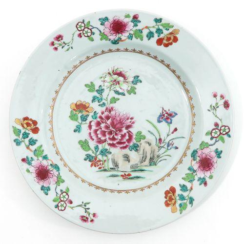 A Collection of 3 Famille Rose Chargers Décor floral en émaux Famille Rose, le p…