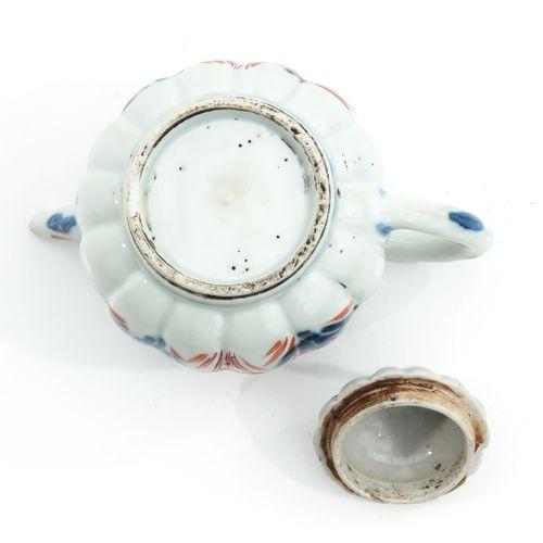 An Imari Decor Teapot Décor floral en émaux rouge fer et bleu et doré, hauteur 1…