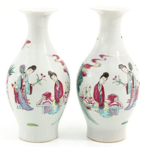 A pair of famille rose vases Représentation d'un rassemblement de personnages ch…