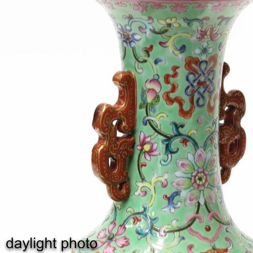 A famille rose vase Décoré de fleurs dans un jardin avec des cailles, marque de …