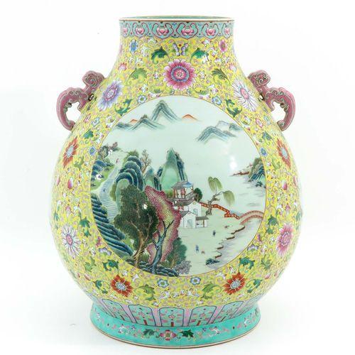 A Famille Rose Hu Vase Fond jaune à décor floral de la Famille Rose et scènes de…