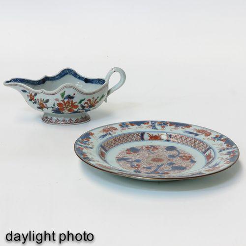 An Imari Plate and Gravy Boat Décor floral, l'assiette mesure 23 cm. De diamètre…