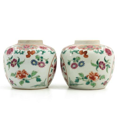 A Pair of Famille Rose Ginger Jars Décoration florale, 12 cm. De haut.