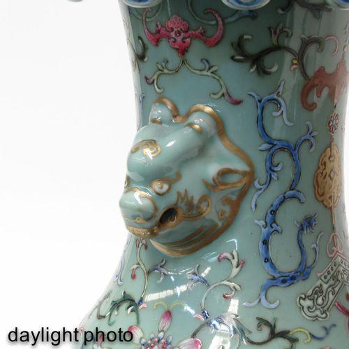A famille rose vase Fond céladon à décor floral en émaux Famille Rose, anses en …