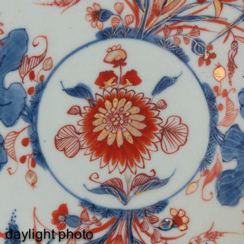 An Imari Decor Charger Décor floral en rouge fer, bleu et accents dorés, vers 18…