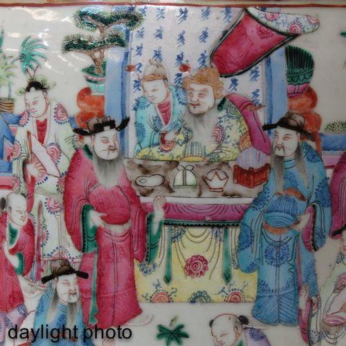 A famille rose cantonese vase Représentant des personnages chinois avec des poig…
