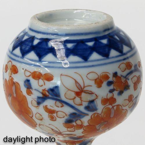 An Imari Vase Décor floral rouge fer, bleu et doré, hauteur 15 cm.