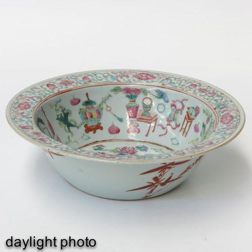 A Famille Rose Wash Basin Représentant des antiquités chinoises, 30 cm. De diamè…