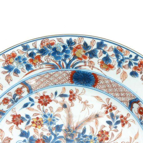 An Imari Decor Charger Représentant des fleurs dans un vase à décor de rinceaux …