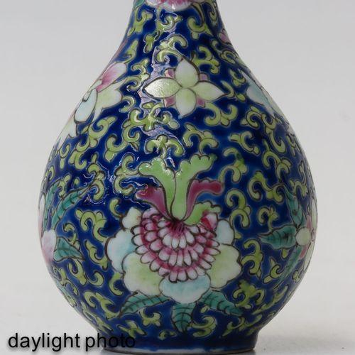 A pair of famille rose vases Fond bleu foncé avec décor floral en émaux Famille …