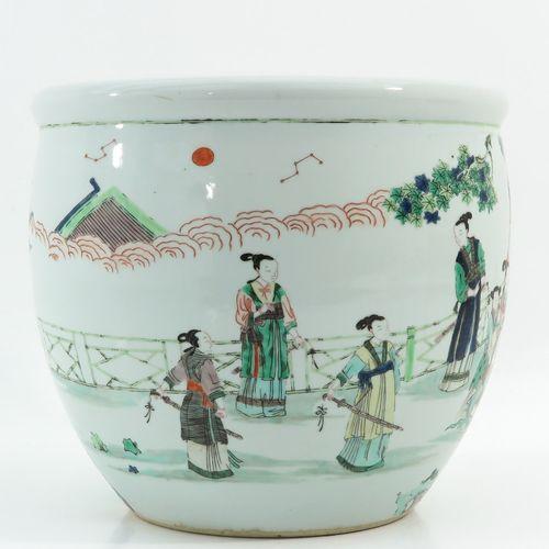 A Famille Verte Fish Bowl Décorée de figures chinoises dans un jardin, 37 cm. De…