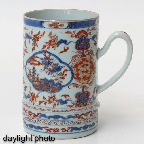 An Imari Mug Représentant un décor floral avec des paysages en émaux rouge fer, …