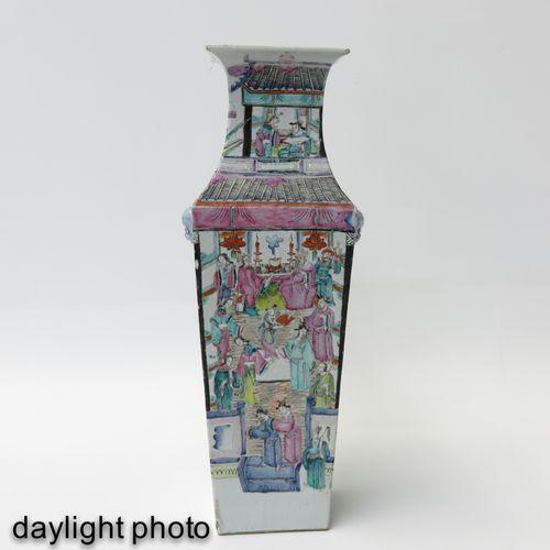 A Famille Rose Square Vase Représentant un rassemblement de personnages chinois,…