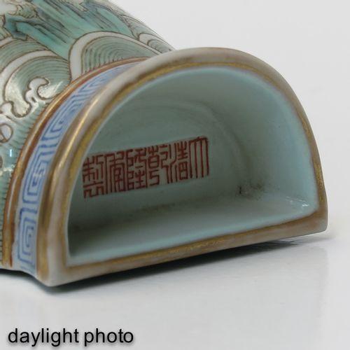 A Famille Rose Wall Vase Décoré de dragons, de chauves souris et de symboles chi…