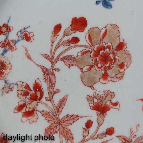 An Imari Plate Fer rouge, décor floral bleu et doré, XVIIIe siècle, 27 cm. De di…