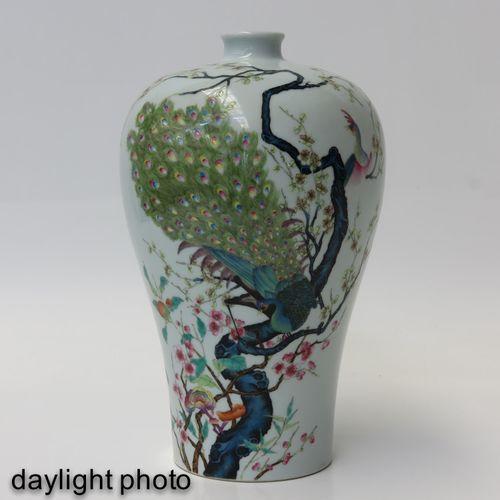 A Famille Rose Mieping Vase Représentant un paon dans un arbre, marque Yongzheng…