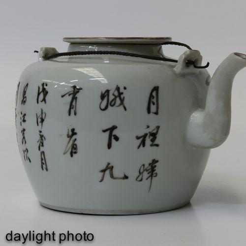 A famille rose teapot Représentant des personnages chinois dans un jardin, 12 cm…