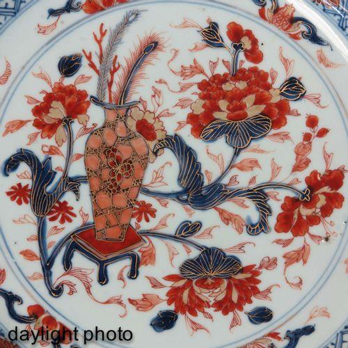 An Imari Decor Charger Décor de fleurs dans un vase avec des décors floraux en b…