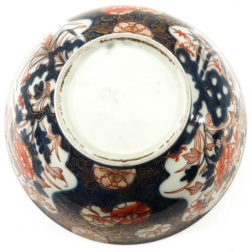 An Imari Bowl Décor floral, 26 cm. De diamètre.