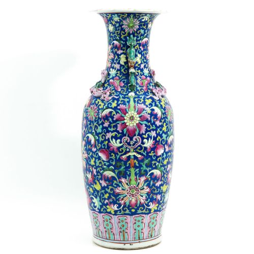 A famille rose vase Fond bleu foncé avec émaux floraux de la Famille Rose, décor…