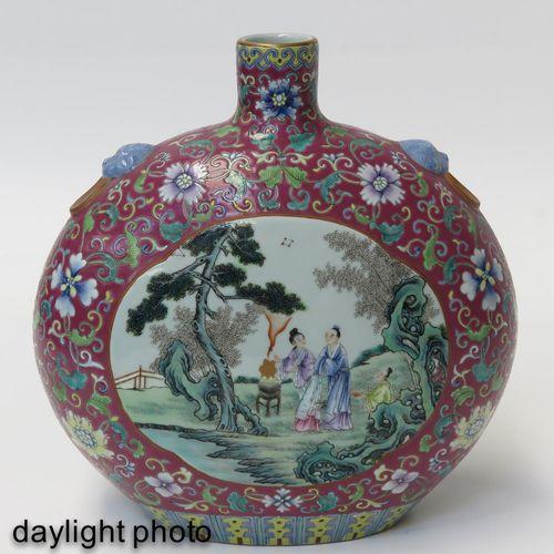 A Famille Rose Moon Bottle Vase Fond violet clair avec émaux Famille Rose représ…