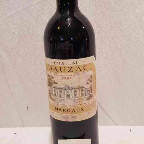 1 bouteille château DAUZAC GCC MARGAUX 1997. Etiquette tachée, niveau parfait.