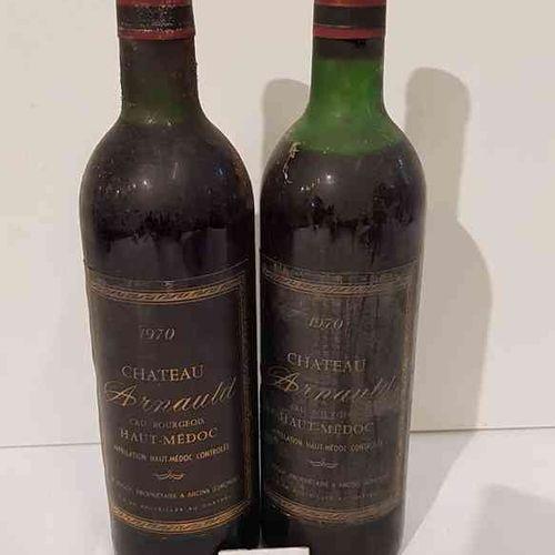 2 bouteilles Château ARNAULD 1970 HAUT MEDOC. Bouteilles poussiereuses et 1 haut…