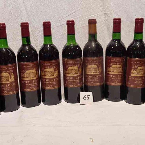 12 bouteilles château LESTAGE 1982 LISTRAC MEDOC. Etiquettes en bon état, 2 haut…