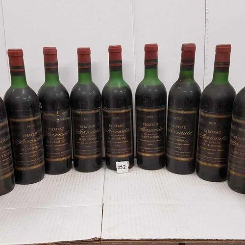 12 bouteilles château ARNAULD 1970 Haut Médoc, 10 haut épaule et 2 mi épaule. 2 …
