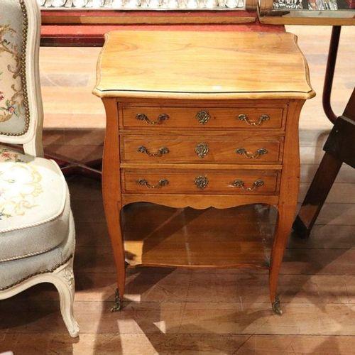 Petite table chiffonnière dans le style Louis XV | Début du XXe siècle Noyer ; e…