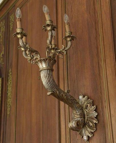 Paire de bras de lumière en bois torsadé doré à 5 lumières. XXe siècle. Hauteur:…