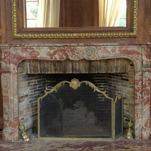 Cheminée en marbre rouge brèche de style Louis XV. Largeur: 168,5 cm. Hauteur: 1…