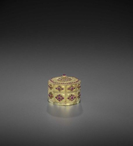 A FINE AND RARE BURMESE GOLD BOX AND COVER WITH MANY RUBIES Burma, 18th century.…