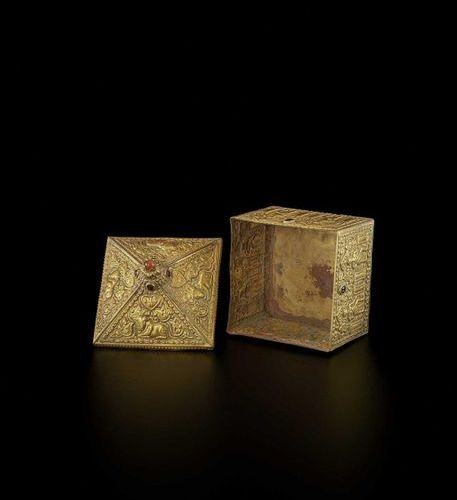 A FINE AND EXTREMELY RARE GEMSTONE SET CHAM GOLD REPOUSSÉ BOX AND COVER Champa, …