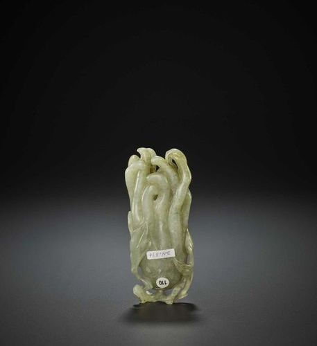 A BUDDHA'S HAND JADE CARVING, QING China, 18th century. Finely carved in openwor…