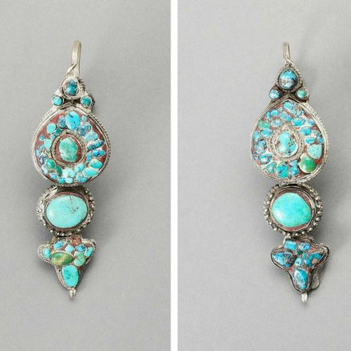 A PAIR OF SILVER PLATED METAL AND TURQUOISE EARINGS Tibet, c. 1900 – 1920. The s…