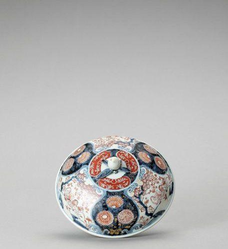 AN IMARI PORCELAIN BOX WITH COVER Japan, Edo period (1615 1868) Of deep shape, p…