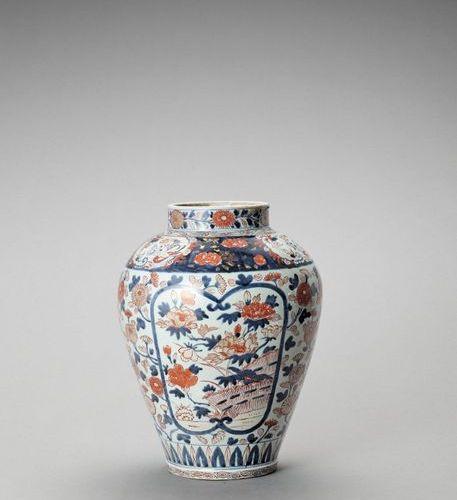 A LARGE IMARI PORCELAIN VASE Japan, Edo period (1615 1868) Of baluster form and …