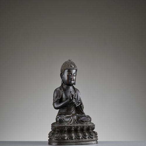 AN EXCEPTIONALLY RARE 'DIAMOND REALM' BUDDHA VAIROCANA BRONZE, MING DYNASTY Chin…