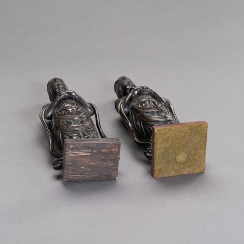 A PAIR OF JAPANESE BRONZE FIGURES DEPICTING KANNON A PAIR OF JAPANESE BRONZE FIG…