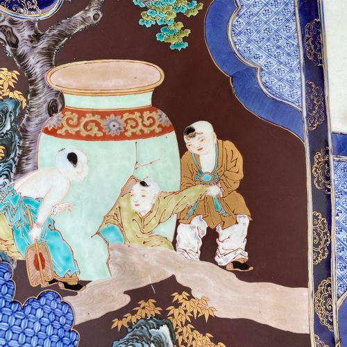A LARGE IMARI PORCELAIN CHARGER WITH SHIBA ONKO AND CRANES A LARGE IMARI PORCELA…