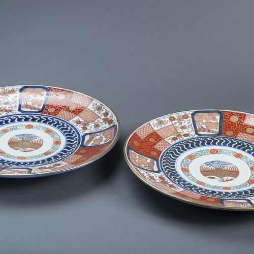 A PAIR OF IMARI PLATES WITH BROCADE ORNAMENT A PAIR OF IMARI PLATES WITH BROCADE…
