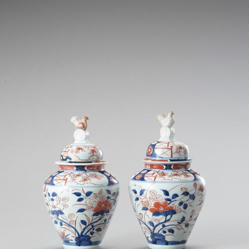 A PAIR OF IMARI PORCELAIN VASES AND COVERS A PAIR OF IMARI PORCELAIN VASES AND C…