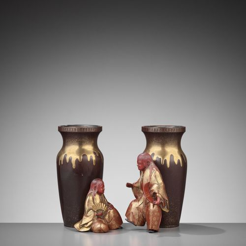 A FINE PAIR OF LACQUER VASES WITH SHOJO AND SAKE JARS PAIRE DE VASES LACQUÉS AVE…