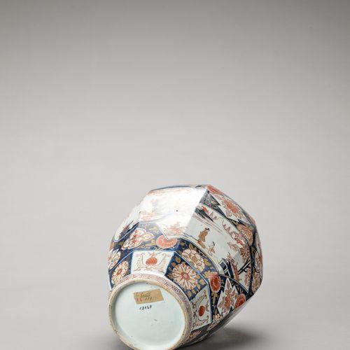 AN OCTAGONAL IMARI PORCELAIN VASE AN OCTAGONAL IMARI PORCELAIN VASE Japan, Edo p…